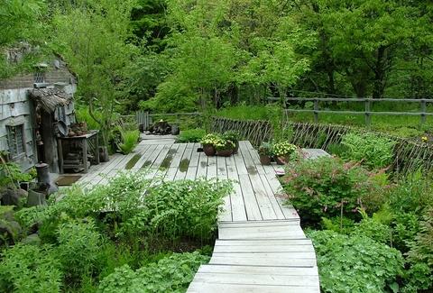 「楽しい川辺」物語を題材にした庭