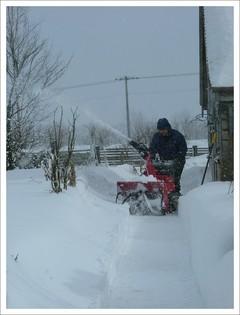 復旧を急ぐ除雪中のTOM