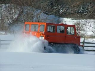 どこでもグングン走る雪上車