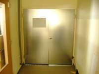 このドアのむこうから…声が聞こえる