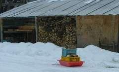 雪に囲まれた薪小屋