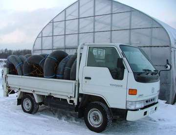 トラックに積みこまれたタイヤの山!