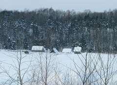 雪景色にかすむスモールファーム